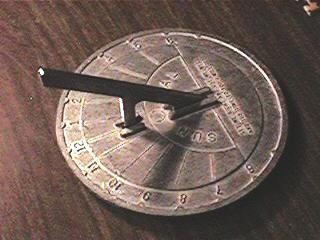 dilihat dari gambarnya jam ini menunjukkan waktu berdasarkan letak  matahari 73e365c445