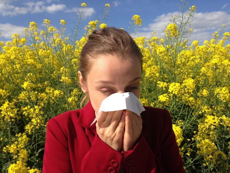 Rapariga a espirrar