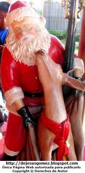 Foto de Papa Noel con su reno en la Villa de Papa Noel. Foto de Papa Noel de Jesus Gómez