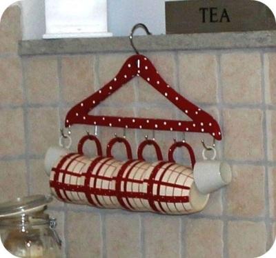 Gantungan baju diubah menjadi gantungan cangkir teh