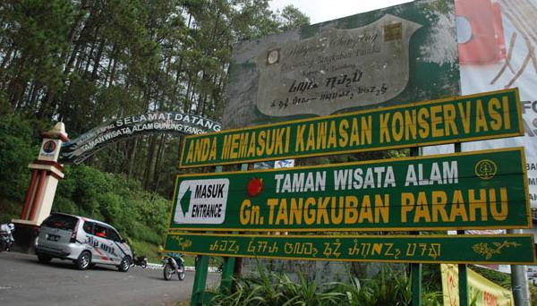 Gerbang utama jalan menuju taman wisata alam Gunung Tangkuban Perahu dari jalan utama lembang subang