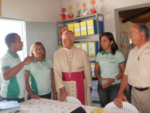 Padre Dário e o Bispo Dom Mariano visitando o CRAS no ano de 2011.