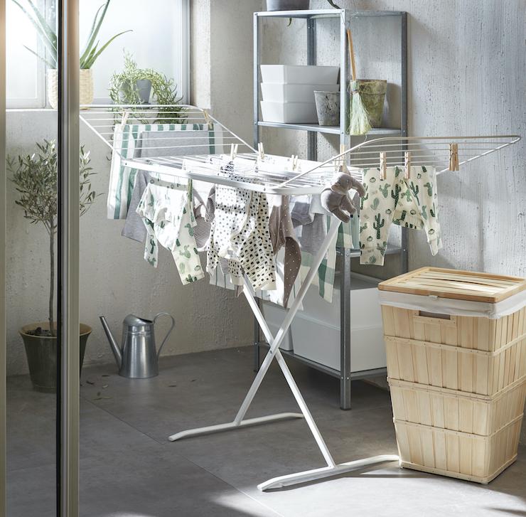 Novedades catálogo IKEA 2021 en baños: idea zona de colada con tendedero portátil.