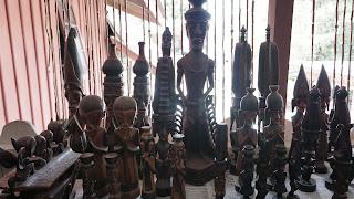 patung ukiran di museum batak tomok