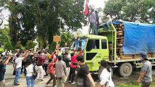 Desak PT TPL Angkat Kaki dari Sumut, Mahasiswa Hadang Truk Pengangkut Kayu dan Nyaris Baku Hantam