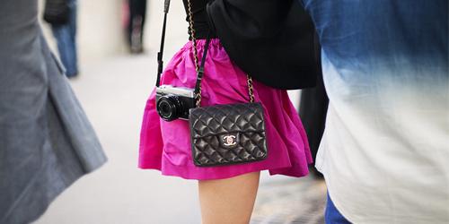 7eecce89a As bolsas tiracolo viraram uma febre na moda internacional, chamadas lá de  mini bags, e várias grifes como Chanel e a Dior estão apostando forte nos  modelos ...