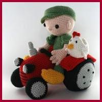 Amigurumi chico en tractor