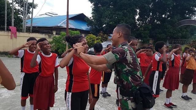 Dari Kampung Nafri di Perbatasan, Satgas Pamtas Yonif PR 328 Kostrad Latih Kedisipilan Siswa
