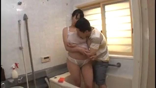 اخ يسخن على اخته الكبيرة بسبب ملابسها لحد ما ناكها فى الحمام