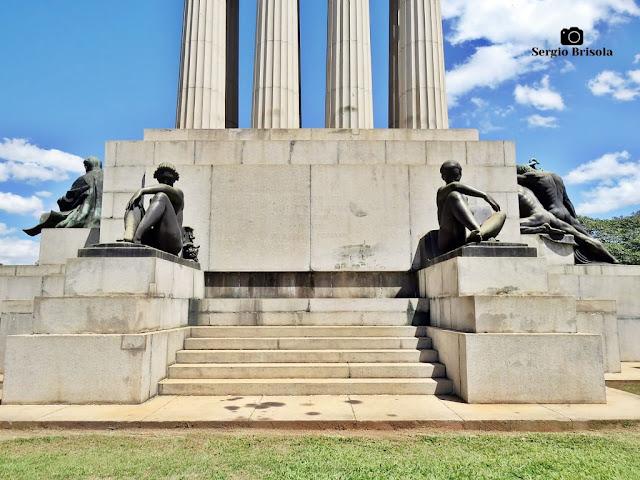 Monumento a Ramos de Azevedo (base - lateral esquerda) - Descubra Sampa