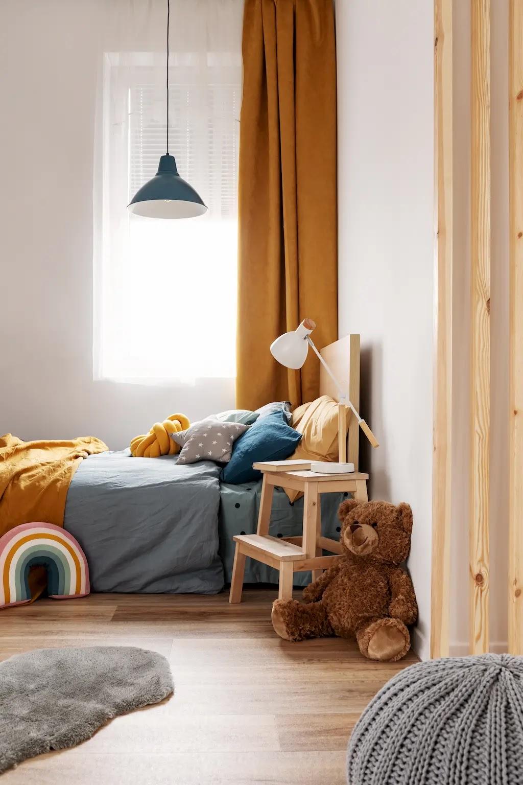 Dormitorio infantil y juvenil con paredes blancas y decoración en mostaza y azul