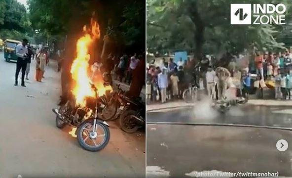 Pria Asal India Bakar Motornya Sendiri Ketika Menolak Untuk Ditilang Polisi