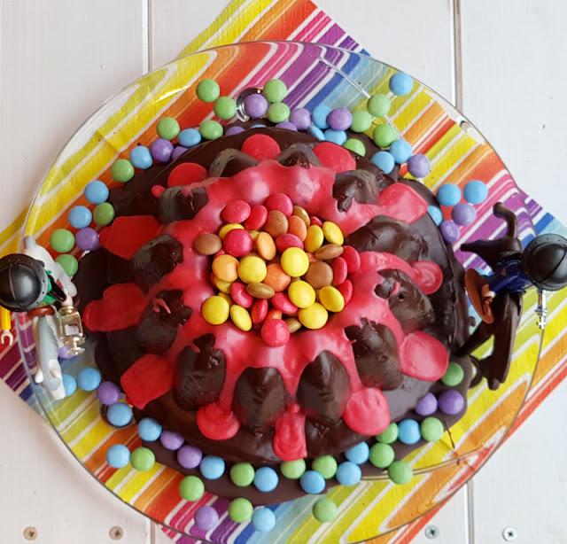 Rezept: Einfacher Vulkankuchen für den Kindergeburtstag. Toll für den Ritter-Geburtstag, aber auch für Drachen- und Dino-Partys und für alle Kinder, die bunte Schokolinsen mögen!