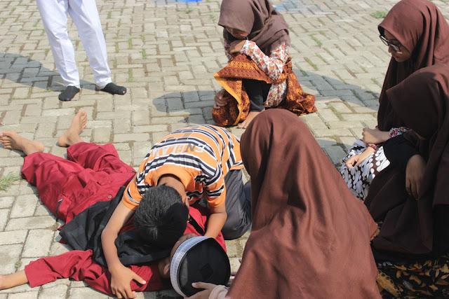 Halaman SMP Yaspin Majalaya Karawang Mendadak Jadi Medan Tempur,Ini Ceritanya