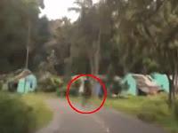 Mengerikan, Hantu Berjalan di Hutan Tertangkap Kamera