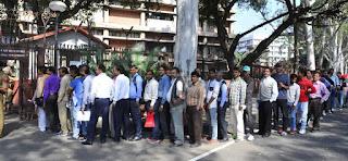 بینک کی قطار میں کھڑے افراد پر لاٹھی چارج