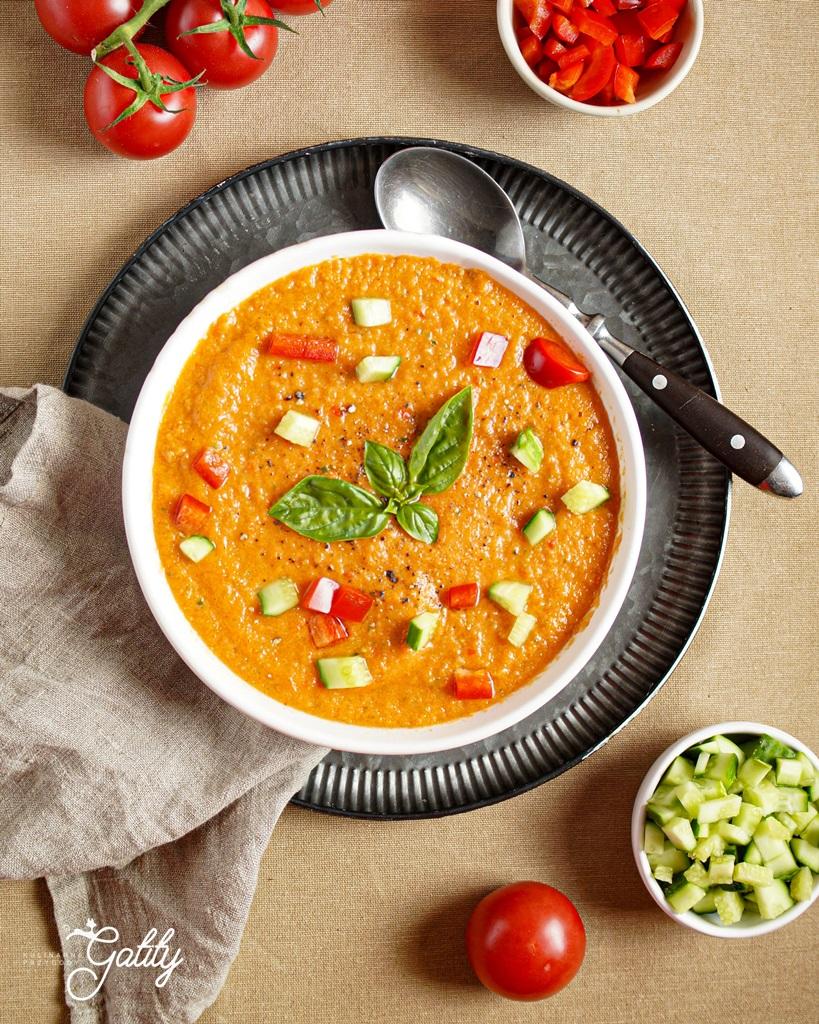 pomranczowa-zupa-w-bialej-misce