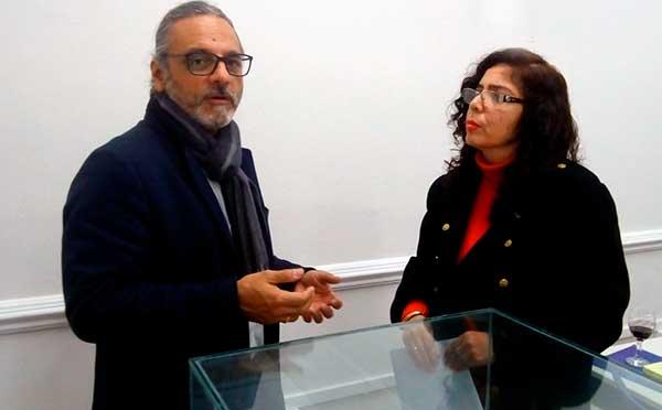 Carlos Arámbulo López,  autor de la conferencia sobre Mario Vargas Llosa, con la periodista  María Lafitte Aparicio en un momento de la entrevista