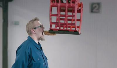 Prepares a Hot Dog Sandwich with Incredible Precision Using an Excavator