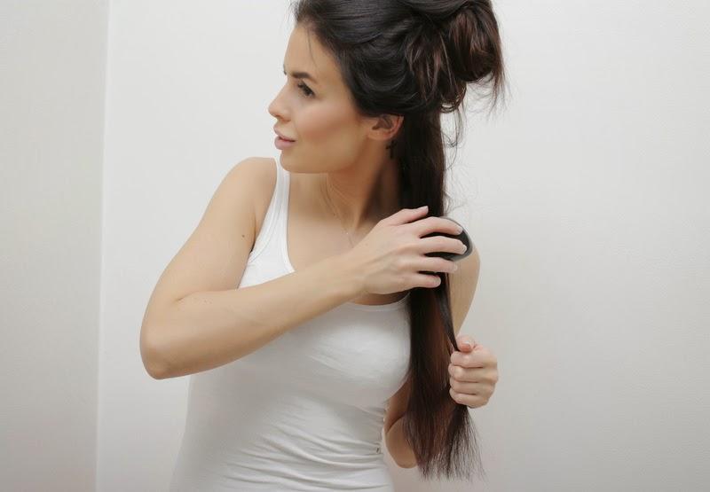 Seuraavaksi tukka tosiaan kammataan läpi ja osa hiuksista nostetaan ylös  crokoklipsien avulla. Ennen kiharruksen aloittamista on syytä kammata tukka  ... d6818d781f