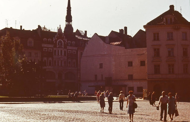 """1983 год. Рига. На площади 17 июня возле кафе """"13 стульев"""""""