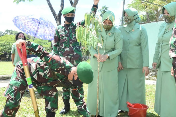 Danrem 141/Tp, Tanam Pohon di Wilayah Kodim 1414/Tator di Dampingi Istrinya
