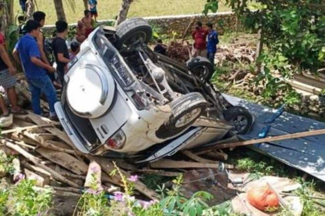 Kecelakaan di Waji, Mobil Terguling Ke Luar Aspal Nyaris Hantam Rumah Warga