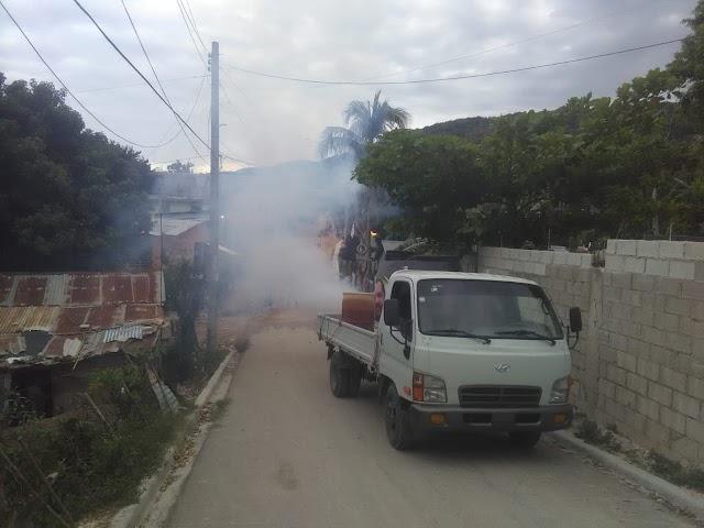 Fundación Felito Vistencueros, Aquiles Ledesma y comunitarios desarrollan Operativo de Fumigación  en Barahona