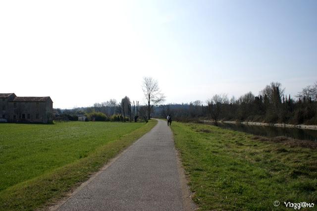 La bella pista ciclabile che forma la Ciclovia sul Mincio