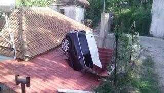 Πρωτοφανές περιστατικό  στη ΛΑΡΙΣΑ: Αυτοκίνητο καρφώθηκε κυριολεκτικά στη στέγη ενός σπιτιού [photo]