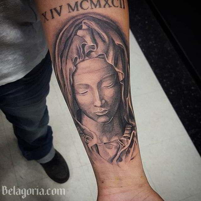 un tatuaje de la virgen maria