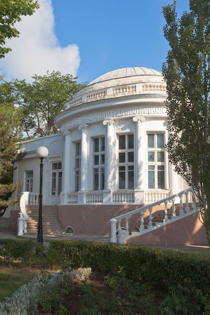 Главное здание Центральной курортной поликлиники в городе Крым