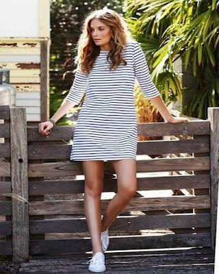 vestidos casuales a rayas tumblr con tenis blancos