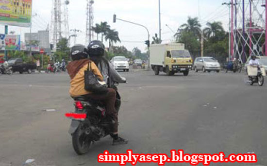 MARKA THROUGH: A pair of motorcyclists were caught on camera by me crossing the mark line at the Pontianak New Town intersection some time ago. Photo of Asep Haryono