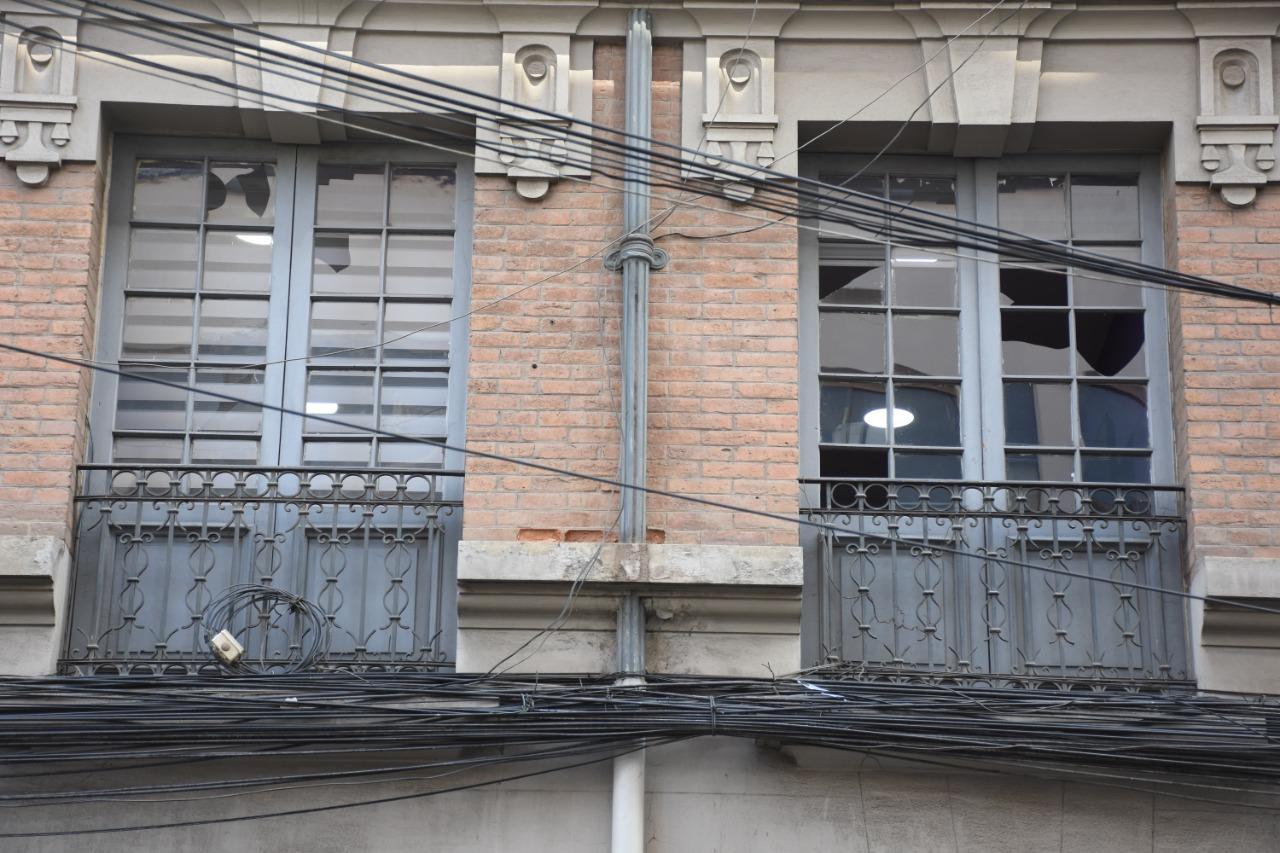 Ventanas del edificio municipal rotas por los explosivos de los grupos oficialistas / GAMLP