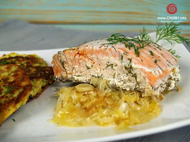 Ryba zapiekana z porami pod sosem jogutrowo-koperkowym i placki z cukinii
