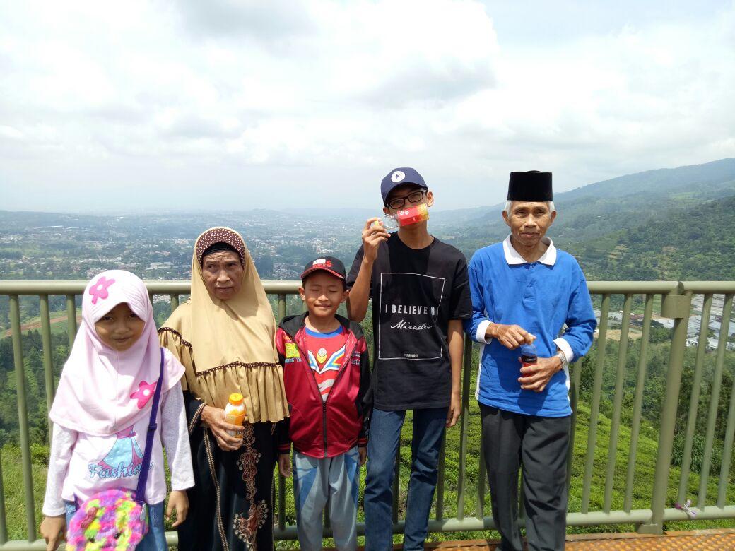 keluarga di bukit gantole paralayang bogor