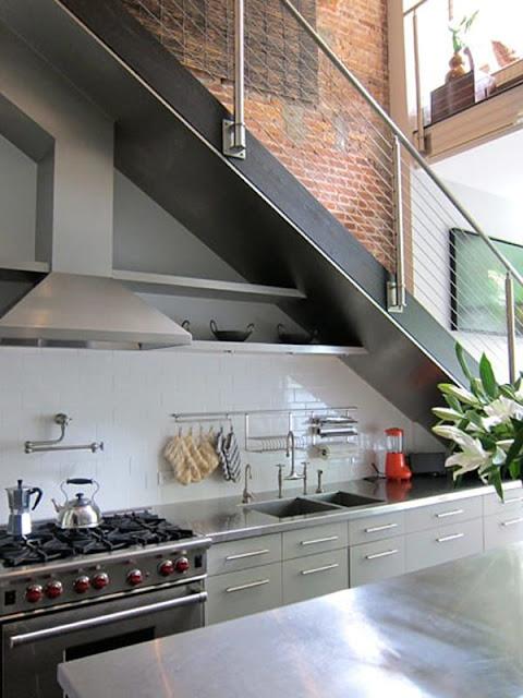 tận dụng gầm cầu thang làm bếp