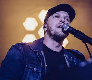 Picture of Gavin DeGraw performing in the stage