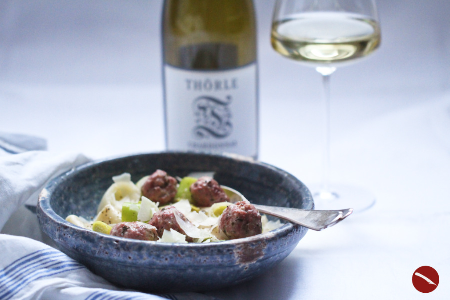 Köstliche Paccheri mit Salsiccia-Klösschen und Lauch in Weißweinsauce