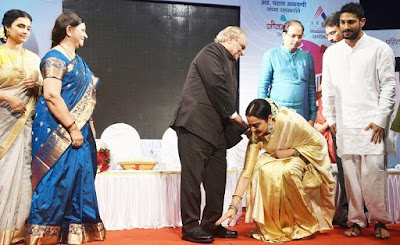 Rekha-receive-smita-patil-award-photo012