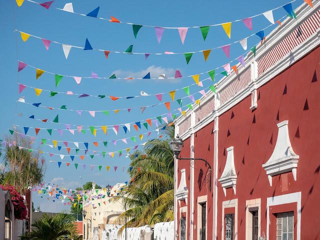 Fachada colonial en Valladolid con banderines de colores