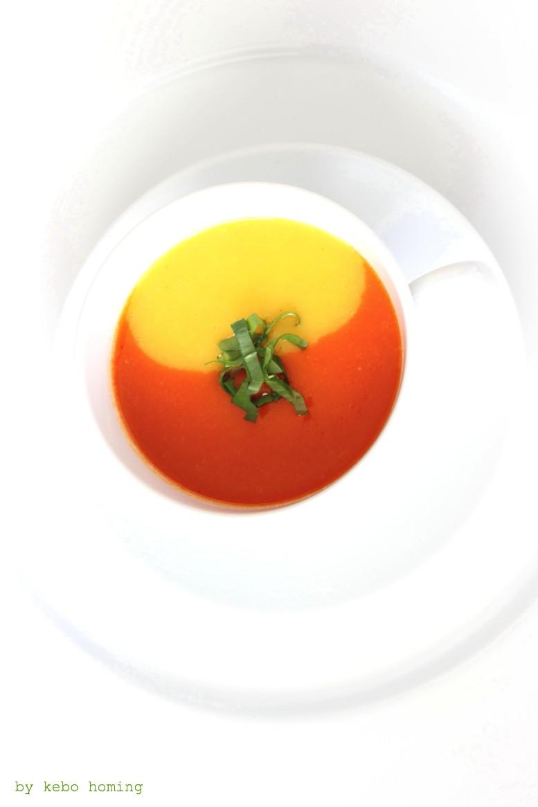 Zweierlei von der Paprika, Paprikasuppe von der gelben und roten Paprika in der Tasse serviert, das Rezept auf dem Südtiroler Food- und Lifestyleblog kebo homing, Foodstyling und Fotografie