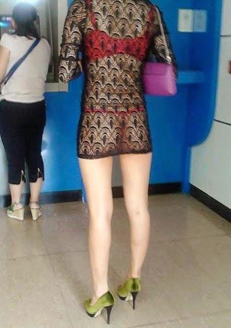 gila wanita ini pake baju tembus pandang saat ke atm