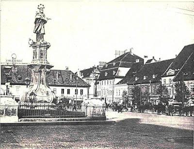 Fotografie de epocă a Pieței Mari Central se află statuia lui Nepomuk