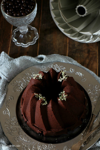 bundt cake de chocolate, cafe, frutas rojas