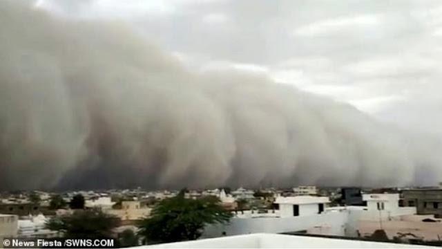 """Φοβερές εικόνες: Αμμοθύελλα """"καταπίνει"""" μια ολόκληρη πόλη (βίντεο)"""