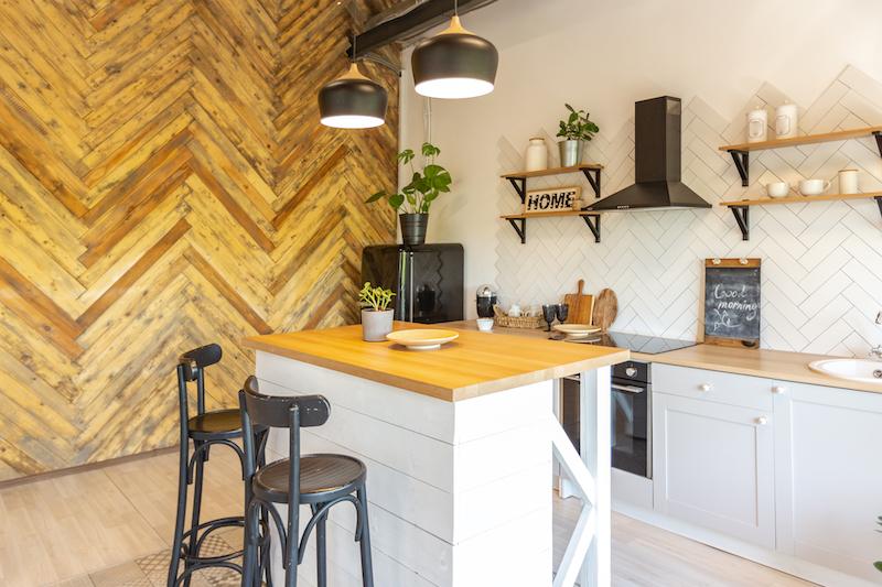 cocina con pared revestida en madera