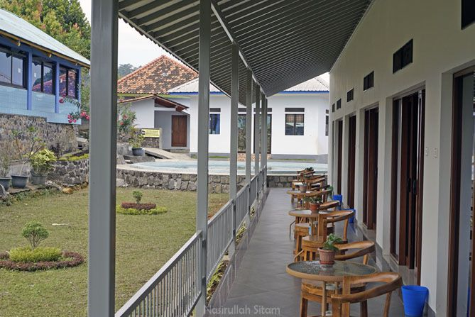 Deretan meja dan kursi di balkon Agrowisata Amanah Karanganyar
