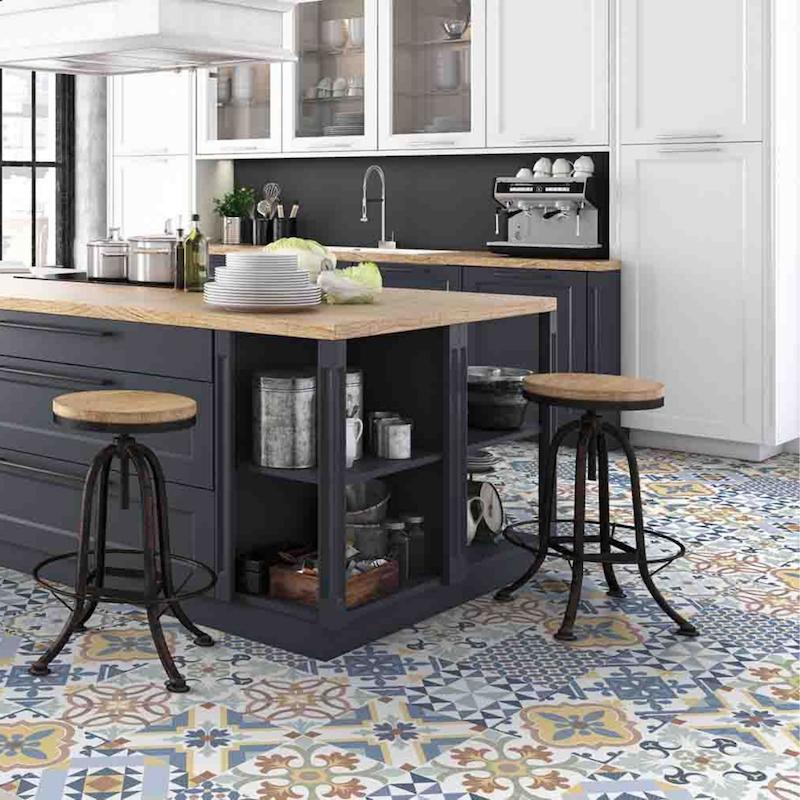 Cocina industrial con azulejos en dos colores